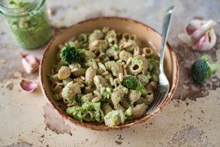 Pipe integrali al pesto di broccoli e pinoli: semplice e veloce