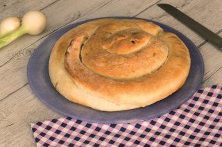 Chiocciola di cipolle caramellate, torta rustica semplice