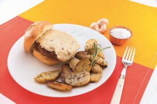 Hamburger con salsa al formaggio e funghi al barbecue