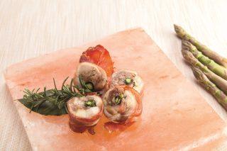 Lombo di coniglio farcito con asparagi e cipollotti glassati al barbecue