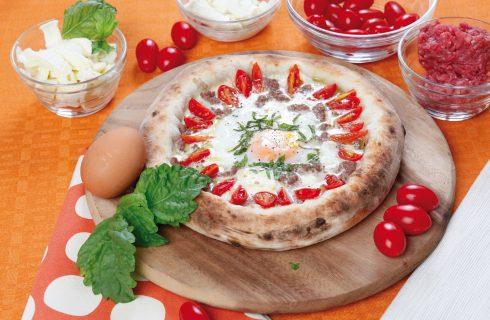 Pizza con filetto macinato e uovo