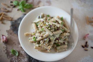 Pasta di farro con crema di robiola, pistacchi e basilico