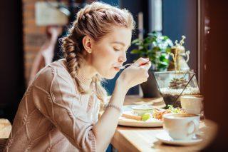 Perché amo mangiare da sola