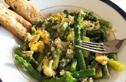 Asparagi fritti con uova, la ricetta sfiziosa