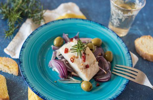 Baccalà al forno senza patate: con cipolle rosse, olive e rosmarino