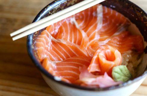 Come preparare il piatto giapponese di pesce crudo e riso