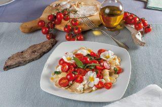 Ravioli integrali con caprino, menta e pomodorini