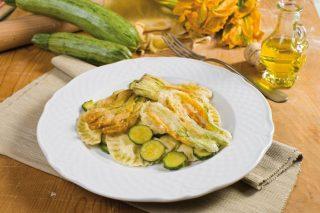 Mezzelune ripiene di mozzarella, zucchine e fiori