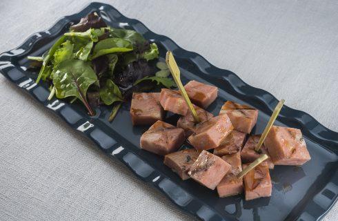 Mortadella grigliata al barbecue, finger food semplice e gustoso