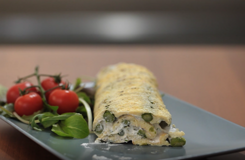 Rotolo di frittata con asparagi e robiola: la video ricetta
