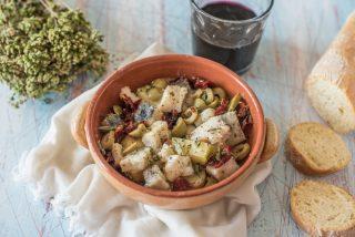 Spezzatino di baccalà in bianco con patate, olive, pomodorini e origano
