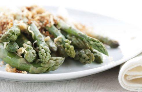 Asparagi gratinati, la ricetta primaverile e veloce