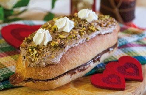 Panino con nutella, panna montata e pistacchi