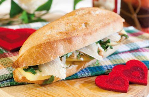 Panino con patate lesse, porcini sott'olio, parmigiano e prezzemolo