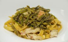 La ricetta delle pappardelle con asparagi e gamberi