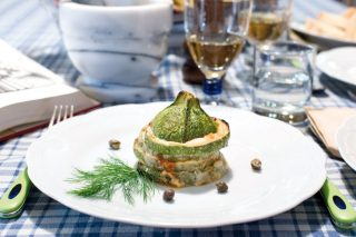 Parmigiana di zucchine, mandorle e capperi