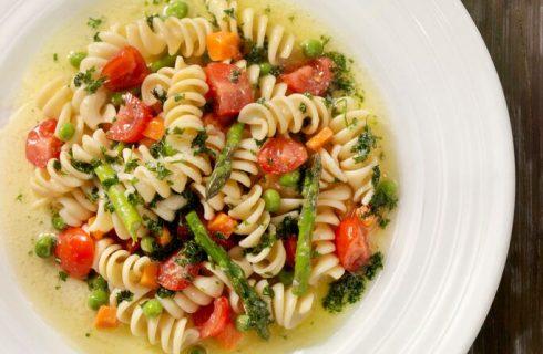 La ricetta della pasta con asparagi e pomodorini per un primo semplice