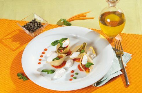 Pasta fredda con crema di peperoni, verdure e ricotta