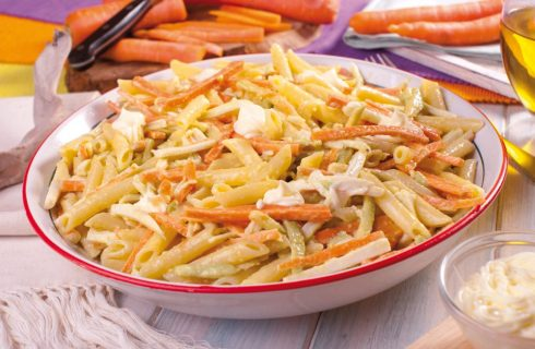 Pennette con surimi di granchio, avocado e carote