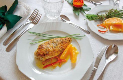 Petto di pollo marinato con succo d'arancia ed erbe profumate