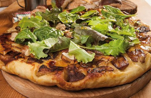Pizza con funghi porcini, nocciola e misticanza