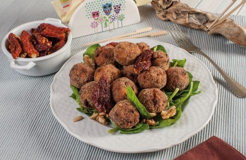 Polpettine ai pomodori secchi con insalata di spinacini