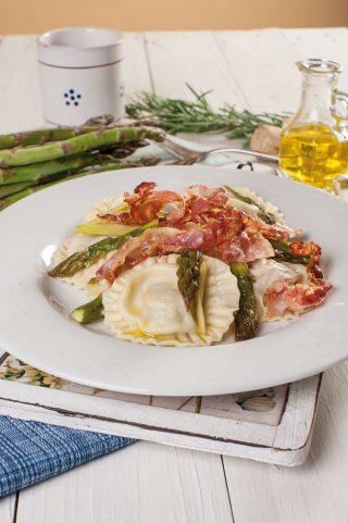 Ravioli di maccarello con asparagi e pancetta croccante