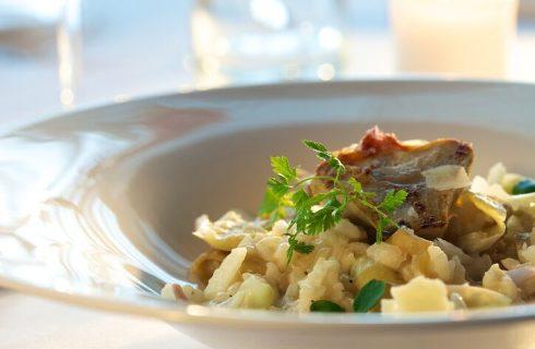 Risotto carciofi, calamari e pesto: la ricetta di Cotto e Mangiato