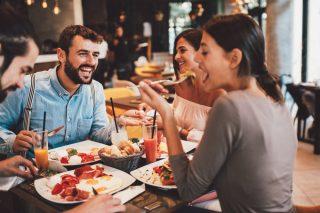 Mangiare seduti rende il cibo più buono, lo dice la scienza