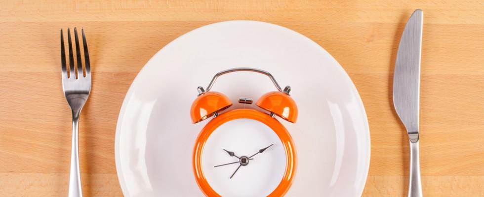 Perché dovremmo mangiare più lentamente e 9 trucchi per farlo bene