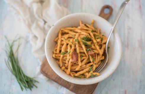 Strozzapreti pancetta ed erba cipollina: pronto in 15 minuti