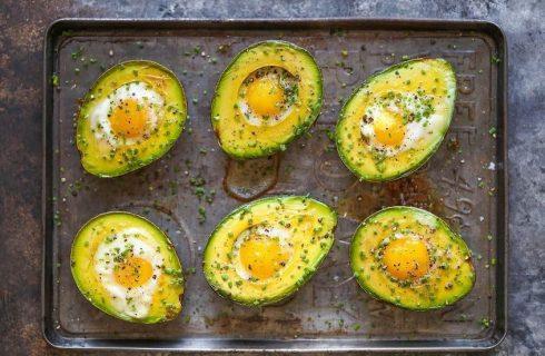 Avocado al forno con l'uovo, la ricetta