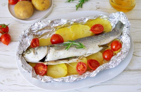 Cefalo al cartoccio con patate e pomodorini: secondo piatto leggero