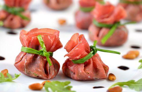 La ricetta dei fagottini di bresaola con fragole e rucola