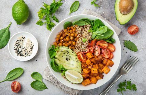 Insalata di quinoa avocado e ceci tostati: la ricetta vegan