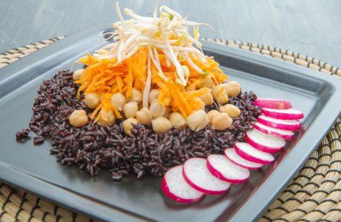 Insalata di riso venere con ceci, la ricetta estiva