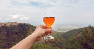 Orange is the new white: cosa sono i vini macerati o orange wine