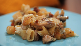 Pasta al gratin con ragu di porcini e mozzarella: per pranzo