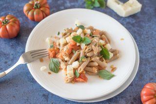 Pennette integrali con pomodoro, pecorino e mentuccia: primo piatto vegetariano