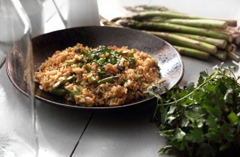 La ricetta del risotto integrale con asparagi