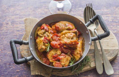 Pollo al sugo: secondo piatto rustico