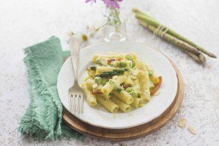 Pasta con sugo di asparagi: con guanciale e mandorle, un primo piatto colorato e primaverile