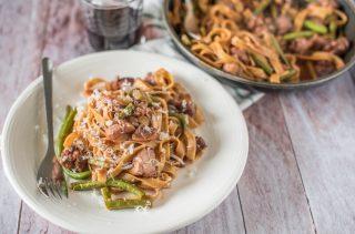Tagliatelle rustiche con pomodoro, fagiolini, salsiccia e porcini: primo piatto ricco