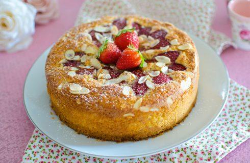 Torta cocco e fragole: per la festa della mamma