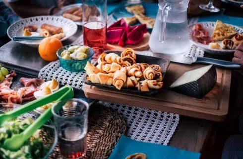 Aperitivo estivo, le ricette dei cocktail e degli stuzzichini da non far mancare