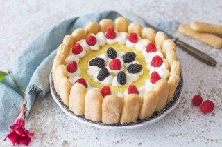 Charlotte con crema e frutti di bosco: dessert gustoso