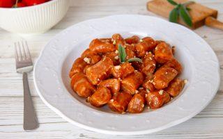 Gnocchi di pomodoro al burro e salvia: un primo colorato