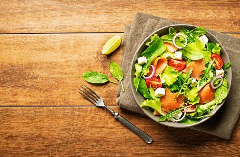 Insalata mista con avocado e salmone, la ricetta sfiziosa