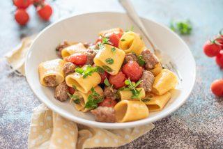 Paccheri con salsiccia e pomodorini, semplici e gustosi