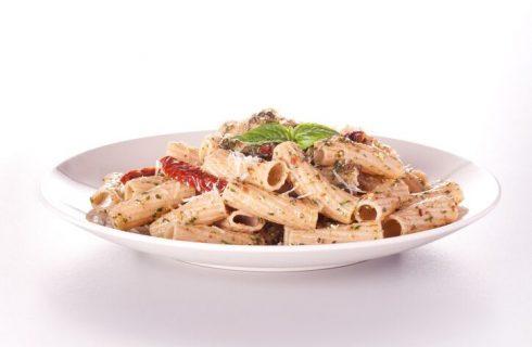 La ricetta della pasta fredda con pesto e pomodori secchi